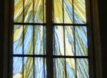 le vitrail  principal du chevet de l'église de Turquant (49)