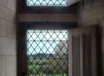 fenêtre à meneau et vitraux avec rondel.